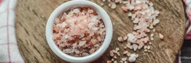 Salz in einer Schüssel auf einem Tisch, Salz und Salzwasser gegen Zahnschmerzen