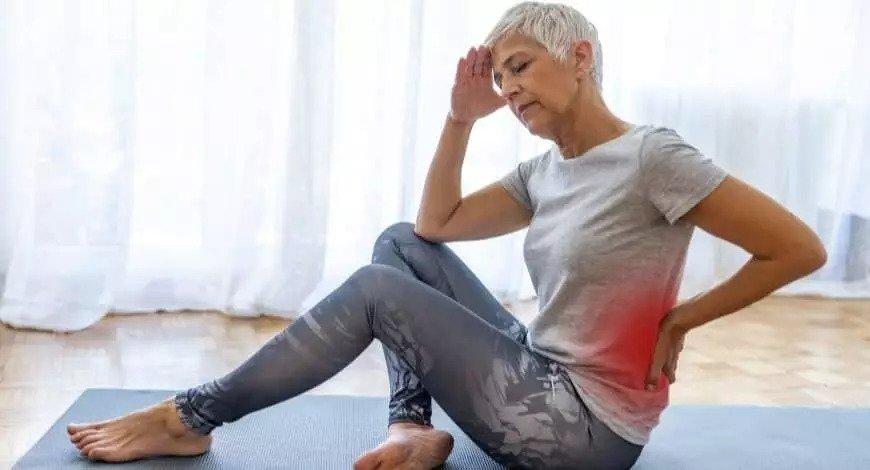 Ältere Frau mit Muskelschmerzen, Rückenschmerzen beim Sport